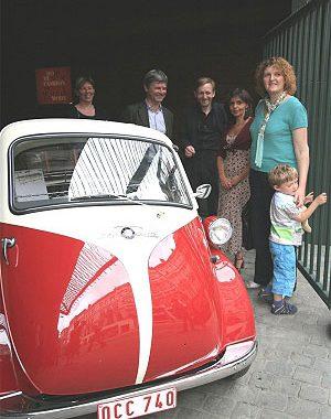 <p>Links: Ann Ceulemans van WPG met Michaël Borremans en de ploeg van Ludion</p>