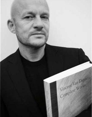 <p>Vincent Van Duysen met zijn monografie 'works', uitgegeven bij Thames & Hudson, London en voor België vertaald en verdeeld door Lannoo, Tielt.</p>