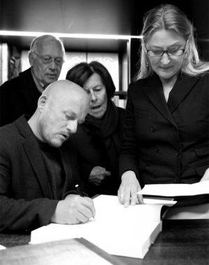 <p>Vincent Van Duysen, zijn ouders dhr. en mevr. Van Duysen, en Hilde Peleman van Copyright Bookshop</p>