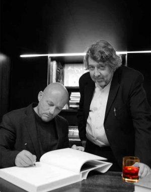 <p>Vincent Van Duysen en architectuurcriticus Marc Dubois (met Martini Rosso)</p>