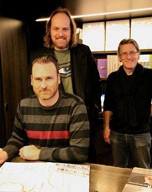 <p>Kunstenaar Ed Templeton, galerist Tim Van Laere en Johan Boeykens van Copyright Bookshop</p>