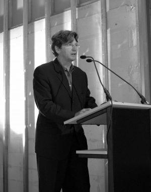 <p>Gastspreker Piet Coessens, conservator van het Raveel Museum (ontworpen door Stéphane Beel)</p>