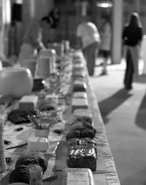 <p>De tafel voor de receptie: vlees & beton</p>