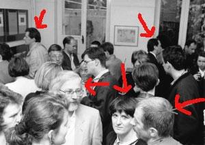 <p>Van links naar rechts: Frank Stals (interieurarchitect)<br /> Guido Peleman (industriëel), Dhr. en Mevr.André Verroken (meubelontwerper/kunstenaar),<br /> en fotograaf Luc Van Acker</p>