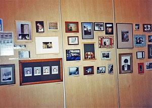 <p>Houten panelen met porteretten van de exposanten. Alle foto's waren ergens in Italië gemaakt</p>