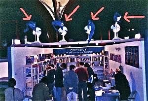 <p>'Interieur' 1992. Als decoratie hadden we blauwe wimpels met het logo van Copyright laten maken. Die monteerden we bovenop de stand, met ventilators erachter !</p>
