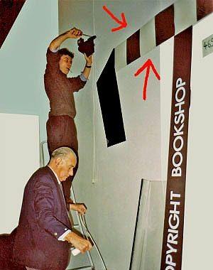 <p>'Interieur' 1990.<br /> De opbouw door toenmalige medewerker Jan Nonneman en mijn vader. De zwart/wit stroken als decoratie waren restanten van de vinyl vloerbekleding van de keuken van Copyright</p>