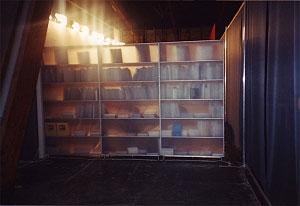 <p>De stand werd ontworpen als een lange wand van boeken, een doorlopende bibliotheek die 's morgens via een pivoterende deur in matte acrylplaat geopend werd voor het publiek en 's avonds weer gesloten</p>