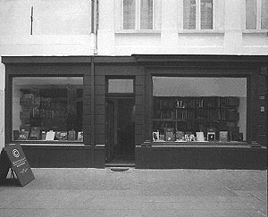 <p>De gevel werd verbouwd in de sfeer van een Engelse bookshop, in groenbruine tint geverfd</p>