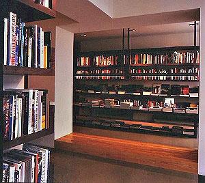 <p>In 1996 trokken we met Copyright naar Antwerpen. We vonden een locatie in de Haarstraat, in het oude centrum van de stad dicht bij de Grote Markt.</p> <p>Architect Vincent Van Duysen verbouwde twee kleine huisjes tot een kleine bookshop. We kenden Vincent al vanaf de jaren '80 toen hij architectuur studeerde in Gent en bij ons zijn boeken kocht. De samenwerking verliep heel goed en qua vormgeving zaten we op dezelfde golflengte.</p>