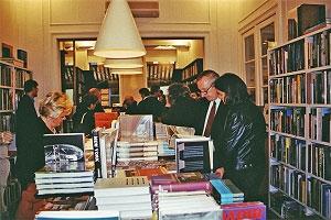 <p>Rechts vooraan: collectionneurs Jos en Selma Van Der Molen</p>