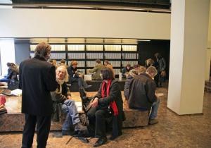 <p>Tijdens de voorstelling dienden de tafels als<br /> zitplaatsen voor de lezende pratende mensen</p>