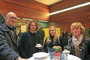 <p>In het midden: kunstenaar<br /> Louis Decordier en vriendin<br /> ontwerpster Sara Pillen</p>
