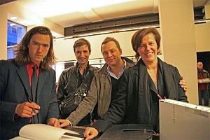 <p>Naast Jan De Cock resp. Glenn Sestig en vriend Bernard van de Kerckhove, en Isabelle Santens (Xandres)</p>