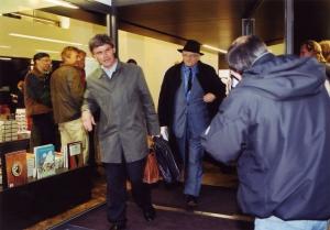 <p>Uitgever Peter Ruyffelaere van Ludion en David Hockney bij het verlaten van de winkel</p>