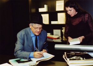 <p>Rechts: toenmalig medewerkster van Copyright Bookshop Arpaïs Dubois</p>