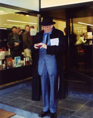 <p>Het eerste wat Hockney deed na de signeersessie: een sigaretje opsteken.</p>