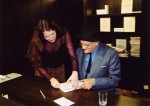 <p>Omdat Hockney slechthorend is (hij draagt hoorapparaten) schreven we de namen op een papiertje</p>