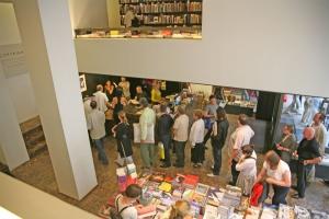 <p>Veel mensen schoven aan om hun boek te laten signeren</p>