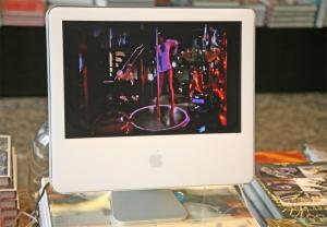 """<p>Op de monitor: scene met paaldanseres, uit het<br /> Canvasprogramma """"Lux""""</p>"""