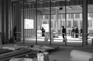<p>Binnenzicht op de werf met bouwmaterialen</p>