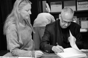<p>Luc Tuymans en Hilde Peleman van Copyright Bookshop</p>