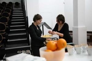 <p>Nichtjes Eva en Maja Peleman in volle voorbereiding voor de apero.</p>