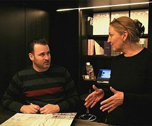 <p>Hilde Peleman van Copyright Bookshop met kunstenaar Ed Templeton</p>