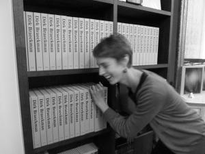 <p>De nodige boeken worden gesjouwd en achter de balie geplaatst door Caroline</p>