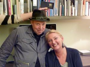"""<p>Dirk Braeckman en een vermoeide, maar tevreden Hilde Peleman, op het einde van de avond. De arm met visitekaartje, achter het hoofd van Dirk, is van onze medewerkster Honora. Ze maakt sluikreclame voor de slagerij van haar vader, die voor ons lekkere paté en Gents hoofdvlees maakte (""""uufflakke"""")</p>"""