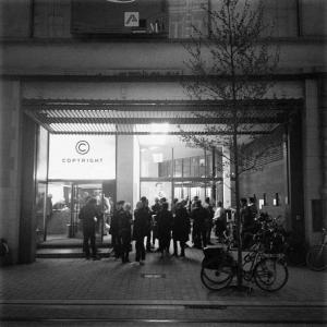 <p>ARPAÏS du bois signeert in Copyright Antwerp</p>
