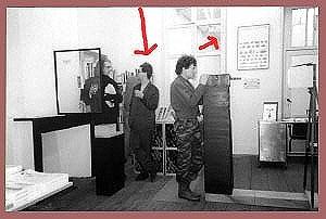 <p>In het midden: Patrick Van Caeckenberg. Achteraan het tweede gedeelte van de boekhandel was een toegang tot de expositieruimte van het Gewad.</p>