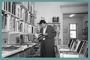 <p>Kunstenaar en vriend Johan Boutelegier in de bookshop (nu docent St.Lucas, Gent)</p>