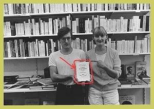 """<p>1984: Hilde en Johan met boek """"L'idiot de la famille"""" van J.P.Sartre, parodie op een foto van kunstenaar Jan Vercruysse, die vroeger in de boekhandel werkte</p>"""