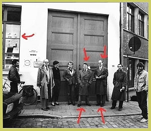 <p>Gilbert & George, at the entrance of the Gewad building with Ms. and Mr. Reprils of the Vega gallery from Liège and to the right Lieven and Niklaas Van Den Abeele.<br /> (foto Paul Van Den Abeele)</p>