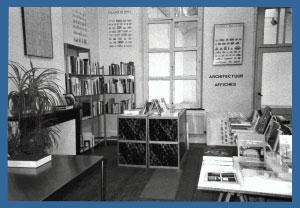 <p>Het gedeelte van de bookshop met zicht op de tentoonstellingsruimte.</p>