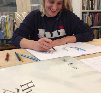 <p>Nel Aerts tekent met volle goesting en enthousiasme voor de bezoekers van Copyright Gent</p>