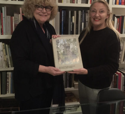 <p>Architect Marie-José van Hee en Hilde Peleman van Copyright Slow Publishing bij de plechtige uitreiking van het allereerste exemplaar 'Marie-José Van Hee Architecten. More Home, More Garden'.</p>