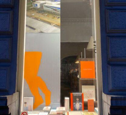 <p>Koen van den Broek in de vitrine</p>