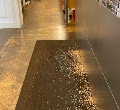 <p>Kris Martin in de bookshop</p>